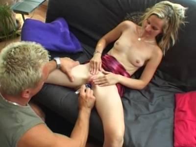 Amateurpaar benutzt beim Sex einen Dildo