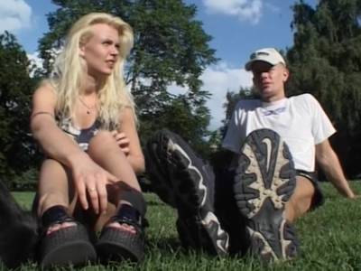 Amateurpaar laesst sich beim Bumsen in der Kueche filmen