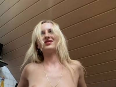 Blonde Amateurin wird in der Ku00fcche gefingert