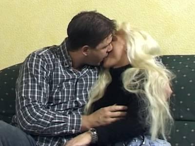 Blonde Freundin beim Porno Casting mit ihrem Mann
