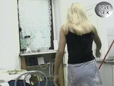 Deutsche Blondine schiebt sich was in die Muschi
