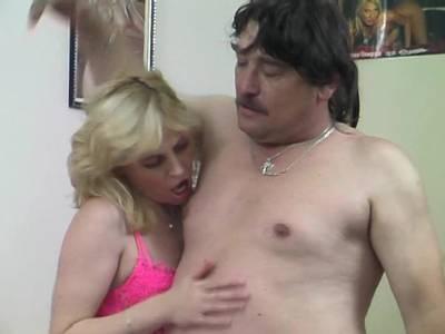 Hausfrau trinkt Sperma ihres Mannes
