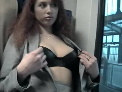 Rothaarige Amateurin hat Sex in der Bahn
