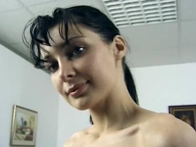 Scheue Schwarzhaarige macht sich nackt und lutscht Penis