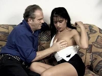 Schwarzhaarige deutsche Lady macht spontan beim Pornocasting mit