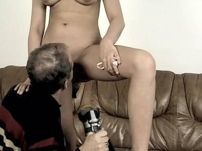 Sexy Blondine kommt mit zum Erotikcasting