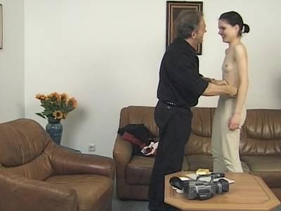 Lady mit Minitittchen machts franzoesisch