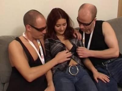 Girl hat Dreier Sex mit zwei grossen Pimmeln