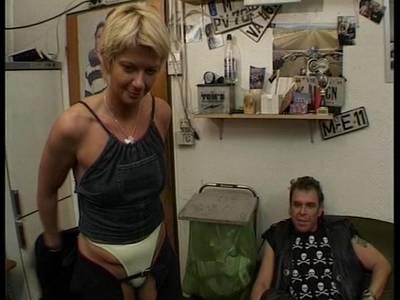 Ganbangschlampe mit kleinen Titten