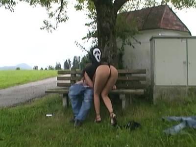 Maskenmann im Outdoor Fickfilm