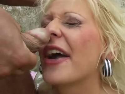 Willige Blondinen wird beim Sex hart rangenommen