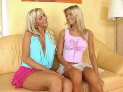 Erotischer Dildosex zweier blonder Lesben