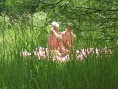 Hu00fcbsche Lesben machen ein Picknick
