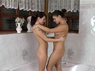 Junge Lesben im Bad