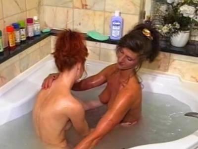 Lesbensex in der Badewanne