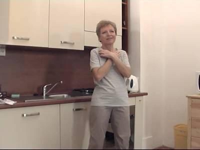 Alte Hausfrau macht es in der Kueche
