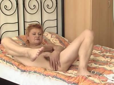 Behaarte Grossmutter bringt sich selbst zum Orgasmus
