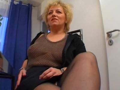 Blonde Hausfrau spielt mit Toy und lutscht Schwanz