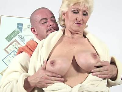 Dicke Titten Oma und ihr junger Lover