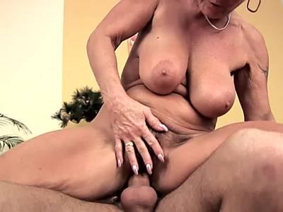 Haarige Hausfrau goennt sich einen dicken Schwanz