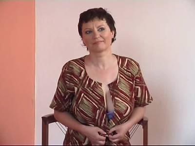 Haarige Hausfrau macht Solosex mit Dildo