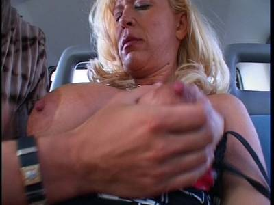 Oma mit grossen Moepsen beim Sex auf der Rueckbank
