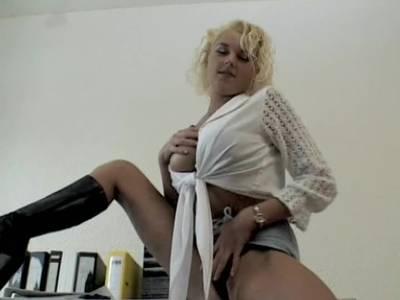 Blonde Bitch zeigt den nackten Koerper