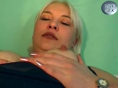 Blonde in Nylons zeigt geiles Dildosolo mit Extra