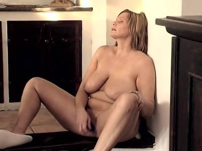 Dicke Hausfrau masturbiert in der Kueche