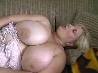 Fette Hausfrau mit Riesenbruesten beim Solosex