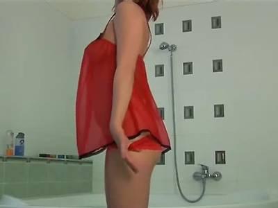 Feuchte Rothaarige masturbiert im Bad