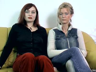 Nackte Rothaarige zeigt erotisches Solo auf der Couch