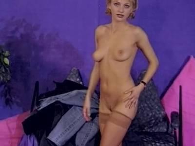 Nylon Blondine fingert sich die Pussy nass