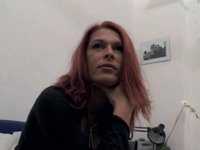 Rothaarige Pussy testet Dildo