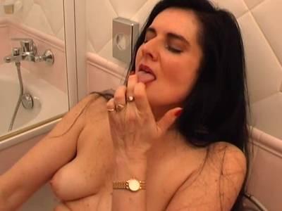 Schwarzhaarige Milf machts allein im Bad