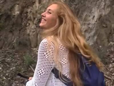 Suesse Lady masturbiert draussen